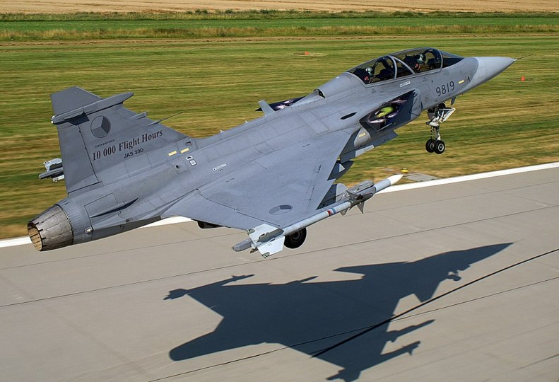 1024px-Saab_JAS-39_Gripen_of_the_Czech_Air_Force_taking_off_from_AFB_Čáslav