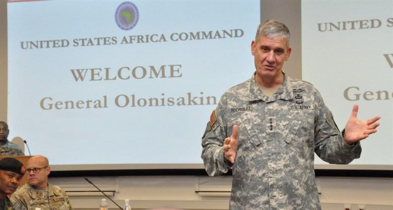 DSC_0932 GEN Rodriguez welcomes GEN Olonisakin, Niger CDS, crop